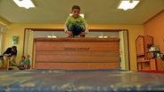 Ein Kind im Bewegungsraum der Kita. © David Hohndorf/NDR Fotograf: David Hohndorf