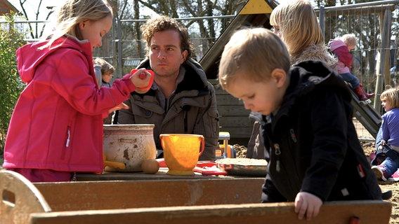 Kinder auf einem Spielplatz. © David Hohndorf/NDR Foto: David Hohndorf
