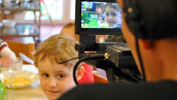 Ein Kind im Display einer Kamera. © David Hohndorf/NDR Foto: David Hohndorf