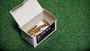 Schusspatronen in einer Schachtel. © NDR/Willem Konrad Foto: Willem Konrad