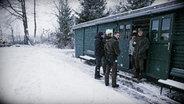 Jäger im Schnee. © NDR/Willem Konrad Foto: Willem Konrad