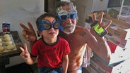 Ein Opa und sein Enkel mit Masken auf dem Gesicht. © NDR/Nikolas Müller Foto: Nikolas Müller