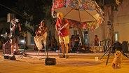 Musiker auf einer Bühne. © NDR/Nikolas Müller Fotograf: Nikolas Müller