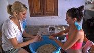 Zwei Frauen kneten Teig. © NDR/Nikolas Müller Fotograf: Nikolas Müller