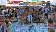 Zwei Musiker auf einer Marktplatzbühne. © NDR/Nikolas Müller Fotograf: Nikolas Müller