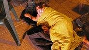 Ein Kind schläft. © NDR/Nikolas Müller Fotograf: Nikolas Müller