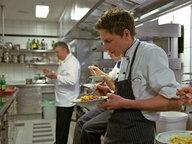 Köche essen in ihrer Pause in der Küche. © NDR/Martin D'Costa Fotograf: Martin D'Costa