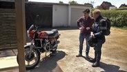 Zwei Männer vor einem Motorrad. © NDR/Benjamin Arcioli Fotograf: Benjamin Arcioli