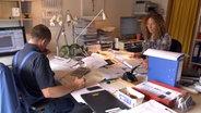 Zwei Personen in einem Büro. © NDR/Benjamin Arcioli Fotograf: Benjamin Arcioli