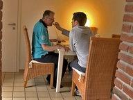 Ein Mann wird gefüttert. © NDR/Benjamin Arcioli Fotograf: Benjamin Arcioli
