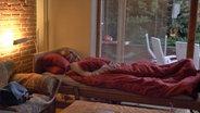 Ein Mann in seinem häuslichen Krankenbett. © NDR/Benjamin Arcioli Fotograf: Benjamin Arcioli