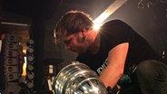 Roadie Markus baut eine Lampe ab. © NDR/Johanna Leuschen Fotograf: Johanna Leuschen