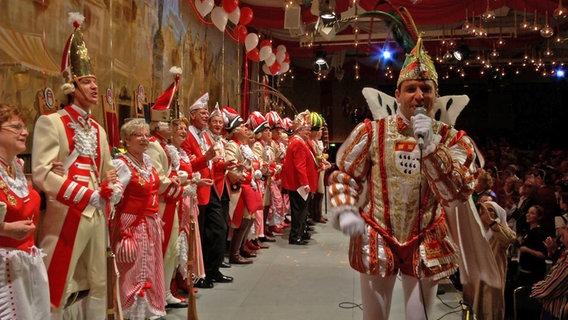 Der Karnevalsprinz Ralf Görres (2013) singt auf einer Prunksitzung.