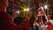 Achim Kaschny applaudiert einer Tanzgruppe. © NDR/Stefanie Gromes Fotograf: Stefanie Gromes