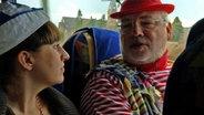 Karneval in Köln: Rüdiger vom Verein Schnüsse Tring im Gespräch mit Johanna vom NDR. © NDR/Stefanie Gromes Fotograf: Stefanie Gromes