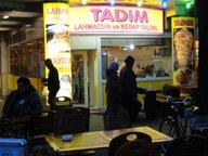 Die Dönerbude Tadim in Berlin, nachts.