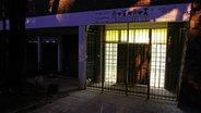 """Der Blick von außen, nachts, auf der """"Mohau Centre"""", einem Waisenhaus in Südafrika."""