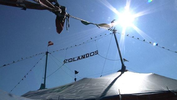 """Das Zelt des Zirkus """"Rolandos"""" steht  in Riesa (Sachsen). © Lars Kaufmann"""