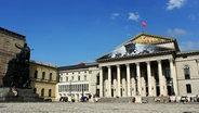 Das Nationaltheater am Max-Joseph-Platz in München an einem sonnigen Tag.