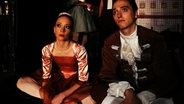 Solistin Ilana Werner und Halbsolist Léonard Engel warten in der Bühnengasse auf ihren nächsten Einsatz.
