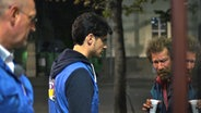 Gespräch mit einem Obdachlosen vor der Bahnhofsmission. © Nikolas Müller Foto: Nikolas Müller