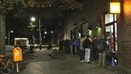 Menschenschlange vor der Bahnhofsmission. © Nikolas Müller Foto: Nikolas Müller