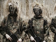Drei Bundeswehrsoldaten in Tarnkleidung bei einer Übung im Freien. © NDR/Willem Konrad Foto: Willem Konrad