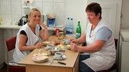 Zwei Frauen im Dorfladen  bei der Frühstückspause. © NDR / Sebastian Bäumler Foto: Sebastian Bäumler