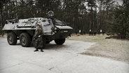 Ein Soldat vor einem Panzer. © NDR/Willem Konrad Foto: Willem Konrad