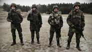 Vier Soldaten im Feld. © NDR/Willem Konrad Foto: Willem Konrad