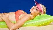 Junge Frau sonnt sich © picture alliance / Image Source