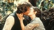 Szenenbild aus Stars Wars: Han Solo und Prinzessin Leia küssen sich. © imago/EntertainmentPictures