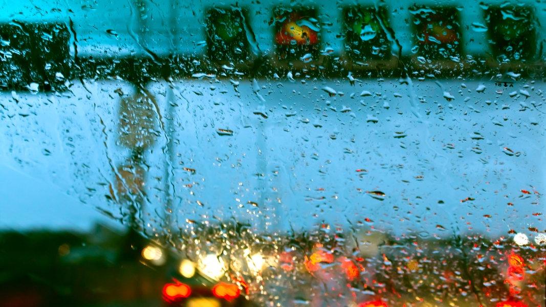 Ein Stau, beobachtet durch ein nasses Autofenster. © zettberlin / photocase.de Foto: zettberlin / photocase.de