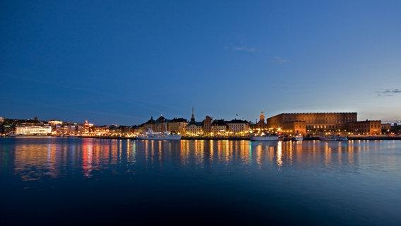 Die Skyline von Stockholm im Dunkeln.