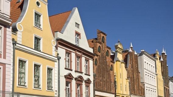 Eine Häuserfront in Stralsund. © picture alliance/imageBROKER Foto: David Davies