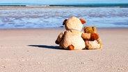 Zwei Teddybären sitzen am Strand © Nordreisender / photocase.de Fotograf: Nordreisender