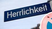 """Ein Straßenschild zeigt den Namen """"Herrlichkeit"""" © picture alliance / blickwinkel Fotograf: McPHOTO"""