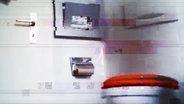 Screenshot aus einem Video von STRG_F: Das Bild einer Spanner-Kamera auf einer Toilette. © YouTube / STRG_F