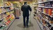Ein Gang in einem Supermarkt © c) dpa - Report