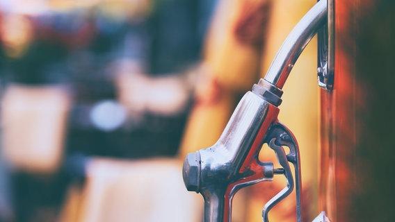 Eine Zapfsäule an einer Tankstelle. © Viktor Descenko / photocase.de Foto: Viktor Descenko / photocase.de