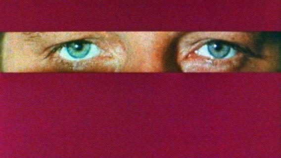 Zwei blaue Augen blicken nach vorn. © Repro: WDR
