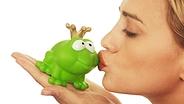Junge Frau küsst eine Froschfigur mit Krone © Fotolia.com Fotograf: Linleo