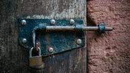 Eine alte Tür mit einem Vorhängeschloss. © picture alliance/Jan Haas Fotograf: Jan Haas