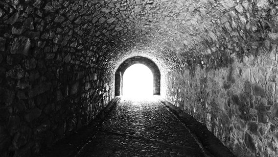 Das Bild zeigt den Ausgang eines Tunnels. © Imago / Westend61 Foto: Westend61