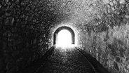 Das Bild zeigt den Ausgang eines Tunnels. © Imago / Westend61 Fotograf: Westend61
