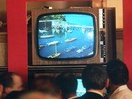 Übertragung der ersten Testsendung in Farbe in einem Frankfurter Kaufhaus. Aufgenommen 1967. © dpa