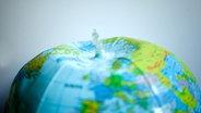 Die Erde in Form eines Wasserballs, aus dem die Luft entweicht. © zettberlin / photocase.de Foto: zettberlin / photocase.de