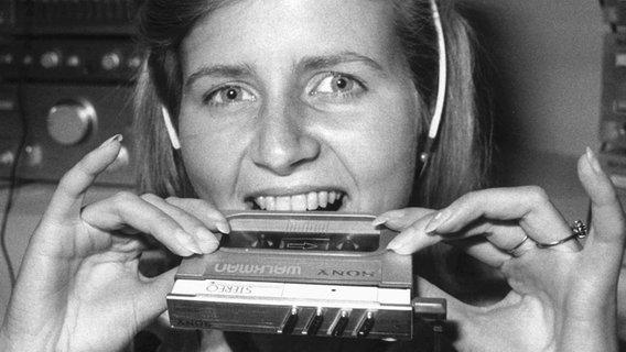 Auf der Internationalen Berliner Funkausstellung stellt die Firma Sony am 9. September 1983 den kleinsten Walkman der Welt vor. © dpa - Bildarchiv