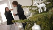 zwei Personen streiten sich beim Weihnachtsbaum © picture alliance / dpa Fotograf: Andreas Gebert