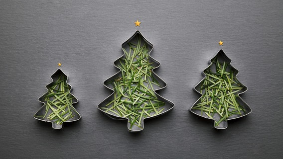 Ausstechformen in Form von Weihnachtsbäumen sind mit Tannennadeln bestückt. © pixelliebe / photocase.de Foto: pixelliebe / photocase.de